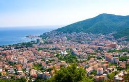 Hoogste mening van de stad van Budva met hooggebergte montenegro stock afbeelding