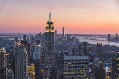 Hoogste mening van de stad van New York in zonsondergangtijd met de bouw van stad en rivier stock afbeeldingen