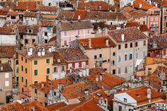 Hoogste mening van de steenhuizen met rood-betegelde daken in een Europese stad Stock Foto