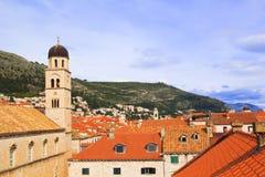 Hoogste mening van de tegeldaken en het overzees in de Italiaanse stijl in Dubrovnik, Kroatië Stock Foto's
