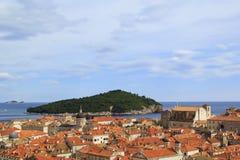 Hoogste mening van de tegeldaken en het overzees in de Italiaanse stijl in Dubrovnik, Kroatië Royalty-vrije Stock Afbeeldingen