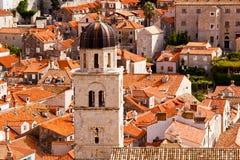 Hoogste mening van de tegeldaken en het overzees in de Italiaanse stijl in Dubrovnik, Kroatië Stock Afbeeldingen