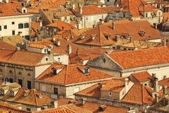 Hoogste mening van de tegeldaken en het overzees in de Italiaanse stijl in Dubrovnik, Kroatië Stock Fotografie