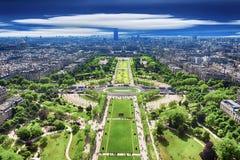 Hoogste mening van de toren van Eiffel op beroemde Champs DE Mars stock afbeeldingen