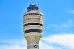 Hoogste mening van de Toren van de Luchtverkeerscontrole op lichtblauwe hemel bewolkte achtergrond in Orlando International Airpo royalty-vrije stock foto