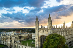 Hoogste Mening van de Universiteit van Cambridge bij mooie zonsondergang en dramatische hemel, Cambridge, het UK Stock Foto's