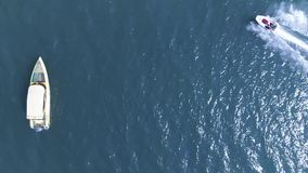 Hoogste mening van de varende boten in blauwe laguneoverzees Het drijven dichtbij een straalski thailand stock video
