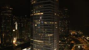 Hoogste mening van de wolkenkrabbers in de grote stad bij nacht voorraad Grote mening van de stad bij nacht stock footage