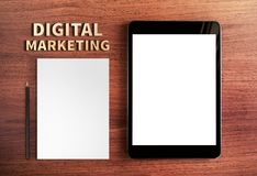 Hoogste mening van Digitaal Marketing woord en tablet en potlood, wit p royalty-vrije stock fotografie