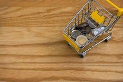 Hoogste mening van divers Baht van geldmuntstukken in geel miniboodschappenwagentje of supermarktkarretje Royalty-vrije Stock Foto