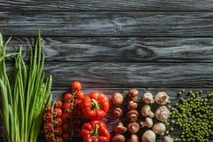 hoogste mening van diverse rauwe groenten stock foto