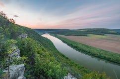Hoogste mening van Dnestr-rivier bij zonsopgang De rivier is behandeld en omringd met mist met groene bos en gebieden Stock Foto