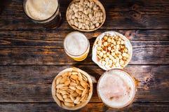 Hoogste mening van drie glazen met licht, ongefilterd en donker bier n Stock Foto