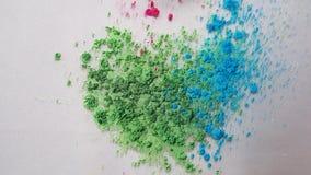 Hoogste mening van droge kleurrijke inkt die in witte vloeibare substantie vallen De mooie iriserende groen, blauwe achtergrond v stock videobeelden