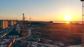 Hoogste mening van een bezitsbouwterrein tijdens zonsondergang stock videobeelden
