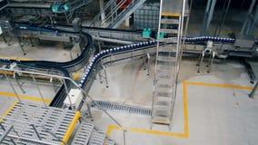 Hoogste mening van een bier-producerende faciliteit met het bewegen van transportbanden stock video