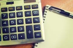 Hoogste mening van een bureau houten Desktop met calculator en pen Royalty-vrije Stock Foto's