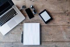 Hoogste mening van een bureau met exemplaarruimte en laptop Royalty-vrije Stock Afbeelding