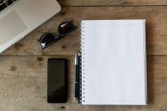 Hoogste mening van een bureau met exemplaarruimte en laptop Stock Foto's