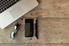 Hoogste mening van een bureau met exemplaarruimte en laptop Stock Foto