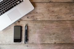 Hoogste mening van een bureau met exemplaarruimte en laptop Royalty-vrije Stock Foto's