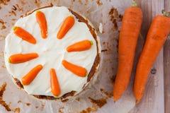 Hoogste mening van een cake van de homemanewortel met mascarponeroomkaas Stock Foto's