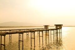 Hoogste mening van een dam bij zonsondergang, Chiewlarn-Dam of Ratchaprapa-Dam, S Stock Fotografie