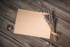 Hoogste mening van een document blad en een droge lavendel Stock Foto's