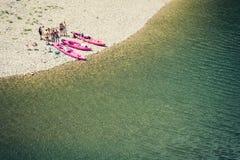 Hoogste mening van een groep vrienden die een onderbreking van canoeing nemen stock fotografie