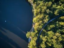 Hoogste Mening van een klein meer en groene bomen rond met een kleine weg of een straat Stock Afbeelding