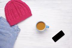 Hoogste mening van een kop van coffe en van een vrouw de uitrusting Stock Foto