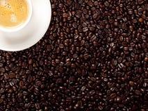 Hoogste mening van een kop van donkere geroosterde koffie Royalty-vrije Stock Foto's