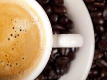 Hoogste mening van een kop van donkere geroosterde koffie Stock Foto