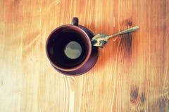 Hoogste mening van een lege bruine kop van koffie op houten lijst Stock Foto's
