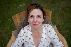 Hoogste mening van een mooie vrouw die omhoog staren royalty-vrije stock fotografie