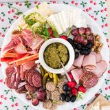 Hoogste mening van een partijschotel met vlees en kaas stock foto's