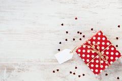 Hoogste mening van een rode gestippelde giftdoos over witte houten achtergrond De ruimte van het exemplaar Lege Nota Royalty-vrije Stock Foto's
