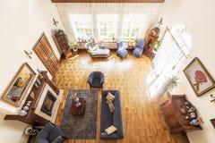 Hoogste mening van een ruim woonkamerbinnenland met een open haard, bl royalty-vrije stock foto