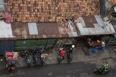 Hoogste mening van een straat met huizendaken in Djakarta, Indonesië stock fotografie