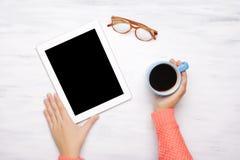 Hoogste mening van een tabletgadget op een witte houten lijst Stock Afbeeldingen