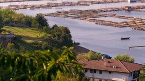 Hoogste mening van een viskwekerij, een huis en een groen en een blauw licht royalty-vrije stock foto's