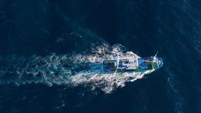 Hoogste mening van een vissersboot die in de Atlantische Oceaan varen