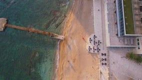 Hoogste mening van een vlucht over een strand met peer, luchtschot montenegro stock footage