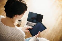 Hoogste mening van een vrouw met een tablet Royalty-vrije Stock Afbeeldingen