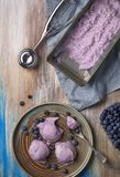 Hoogste mening van eigengemaakt bosbessenroomijs in een plaat met chocol stock afbeeldingen