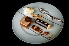 hoogste mening van eigengemaakte chocolade en romig dessert royalty-vrije stock fotografie