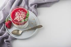 Hoogste mening van Eigengemaakte pudding van Chia-zaden en amandelmelk met graangewassen en pureeaardbei met munt in glaskruik Ge stock afbeeldingen