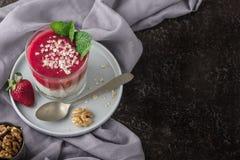 Hoogste mening van Eigengemaakte pudding van Chia-zaden en amandelmelk met graangewassen en pureeaardbei met okkernoten en munt i stock afbeeldingen