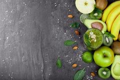 Hoogste mening van exotische vruchten Gele bananen, groene kiwien, kalk, avocado en cocktail op een ruime achtergrond De ruimte v royalty-vrije stock foto's