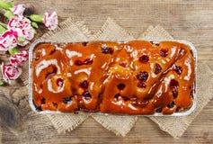 Hoogste mening van fruitcake in rechthoekige pan Stock Afbeeldingen